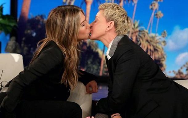 Актриса Дженніфер Еністон поцілувала ведучу в прямому ефірі