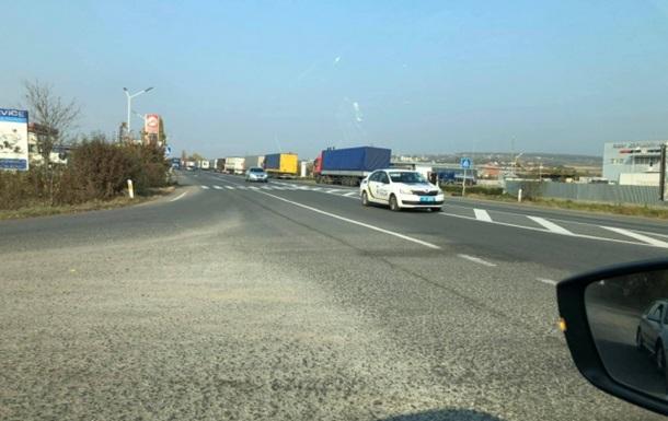 На границе со Словакией скопилось полтысячи фур