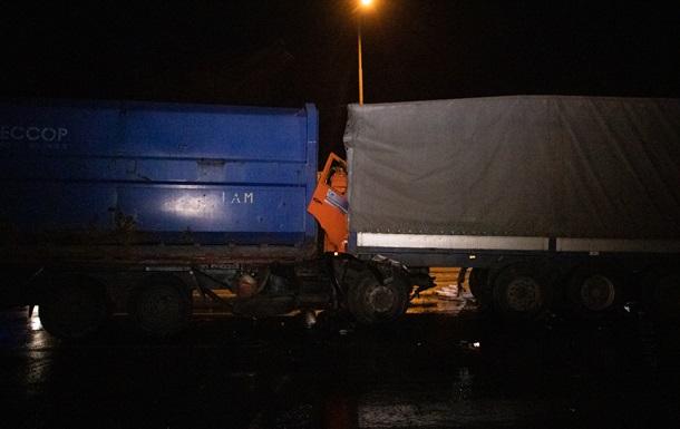 В Киеве произошло двойное ДТП с грузовиками и патрульными