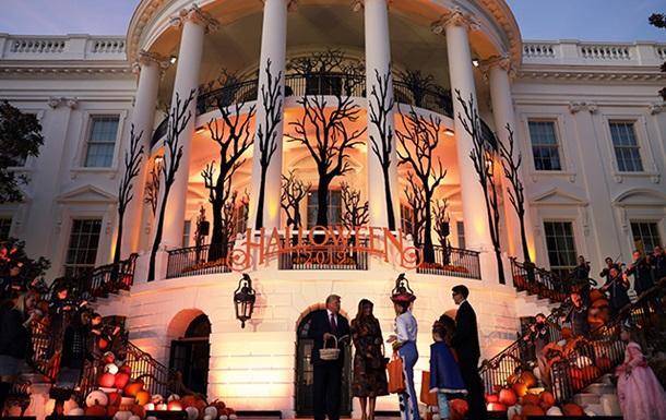 Чета Трамп заранее отпраздновала Хэллоуин на лужайке Белого дома