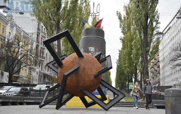 У центрі Києва встановили скульптуру на честь Революції гідності