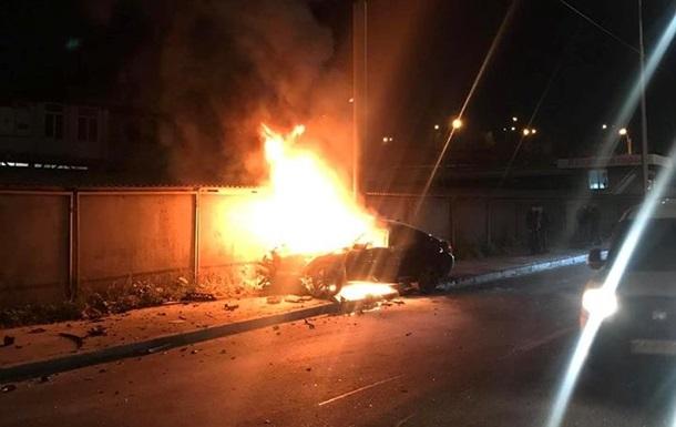 В Киеве автомобиль въехал в столб и загорелся