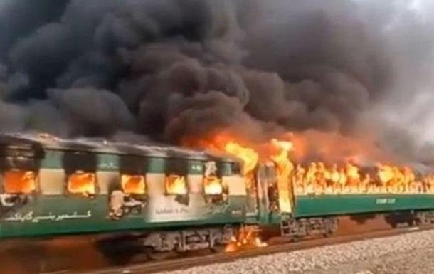 В Пакистане взорвался пассажирский поезд: 65 погибших