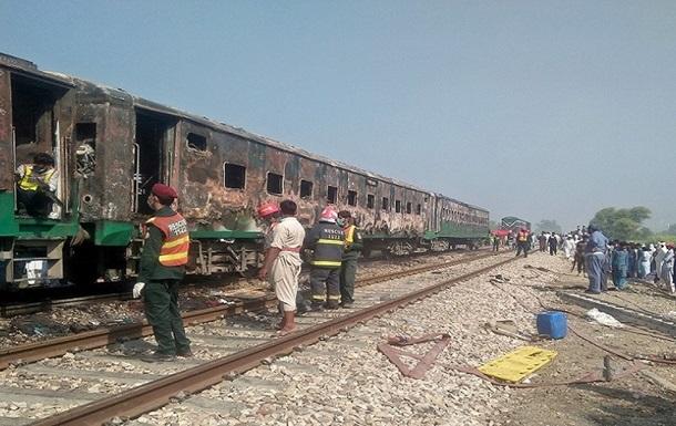 Взрыв поезда в Пакистане: число погибших выросло до 73