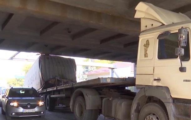 Грузовик застрял под мостом в Одессе