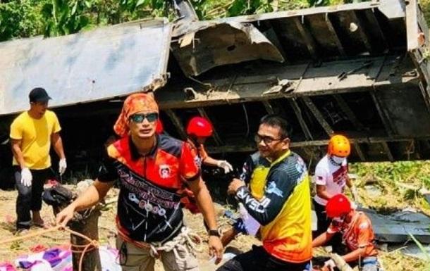 На Філіппінах вантажівка впала з обриву, загинули 19 осіб