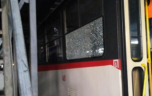По скоростному трамваю в Киеве открыли стрельбу