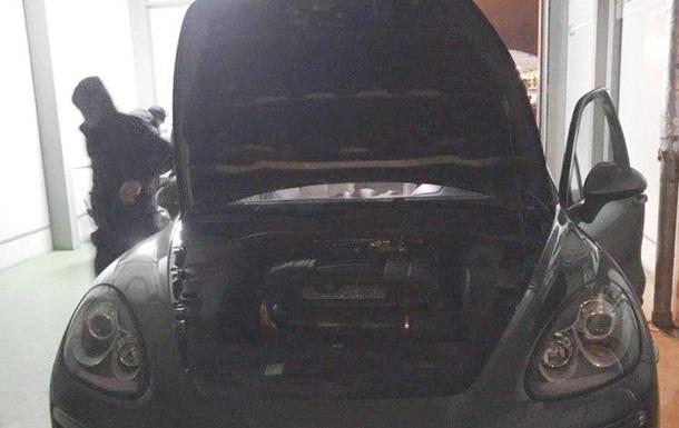 На границе под капотом Porsche Cayenne нашли почти 600 наручных часов