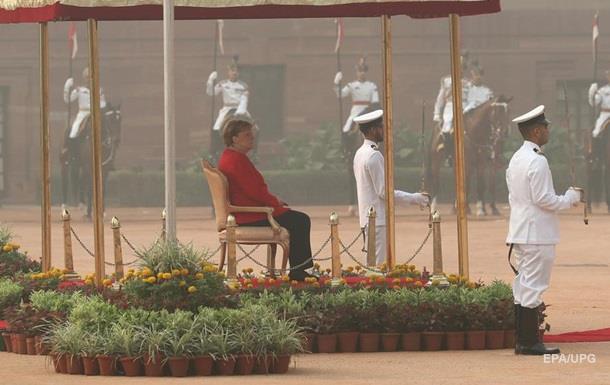 Меркель в Индии слушала гимн сидя