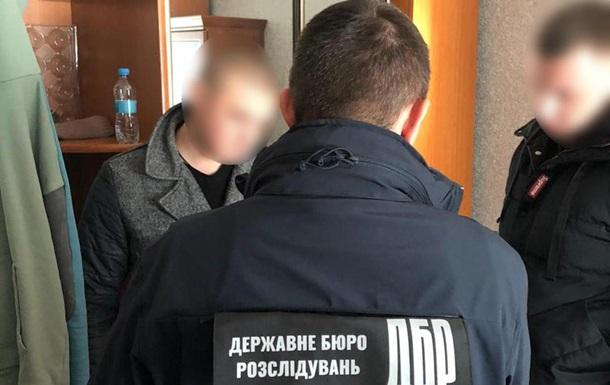 ДБР підозрює в шахрайстві працівника СБУ й екс-поліцейського