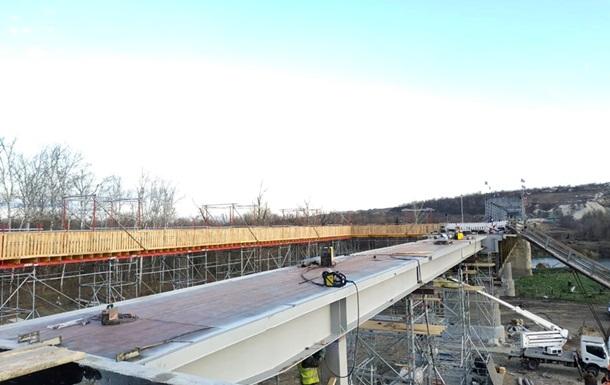 У Станиці Луганській завершили укладання металоконструкцій мосту