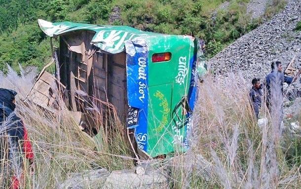 В Непале автобус рухнул в реку с высоты 500 метров: 17 жертв