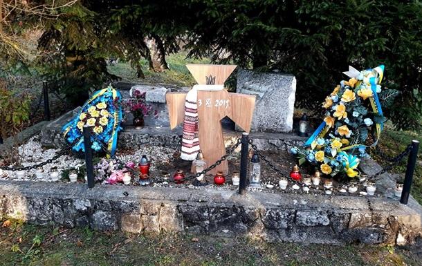 На месте разрушенного украинского мемориала в Польше установили крест