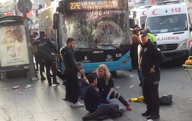 В Стамбуле водитель автобуса въехал в остановку и напал на людей
