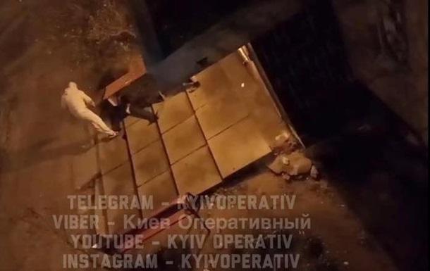 Под Киевом мужчина стрелял в бездомного и избил его битой