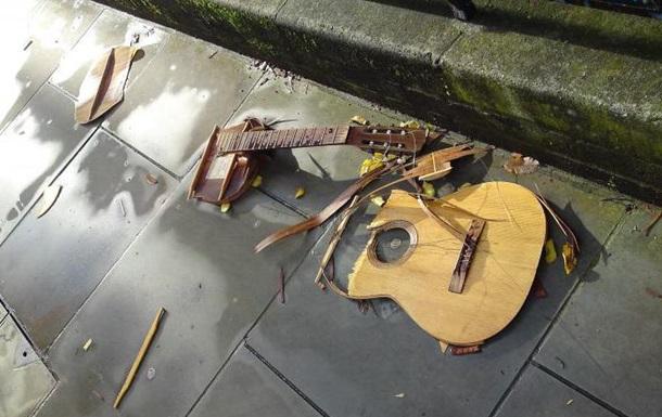 Во Львове уличный музыкант поплатился за русские песни