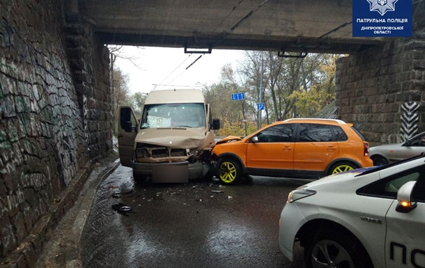 У Дніпрі авто врізалося в маршрутку, постраждало семеро людей