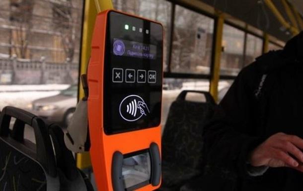 У маршрутках Києва почали впроваджувати безготівкову оплату