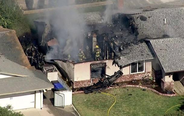Невеликий літак впав на будинок у Каліфорнії