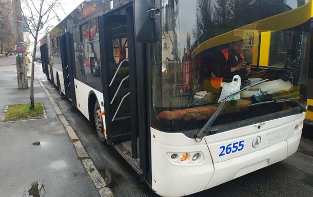 У Києві на зупинці загорівся тролейбус