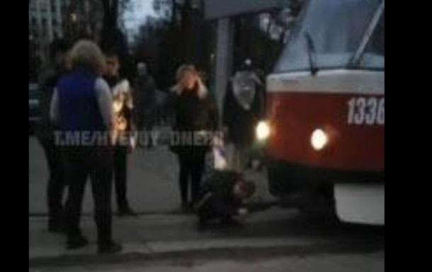 В Днепре мужчина сел на пути, заблокировав трамвай