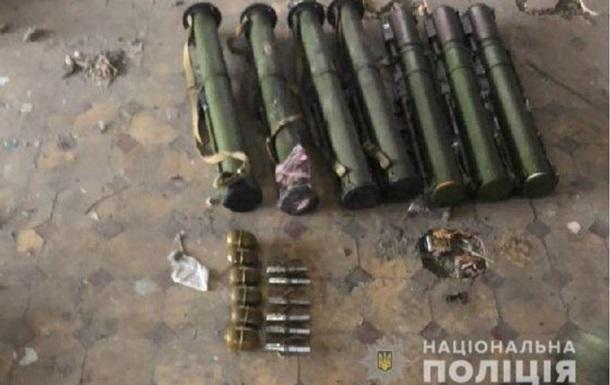 В Авдіївці виявили схованку з гранатометами