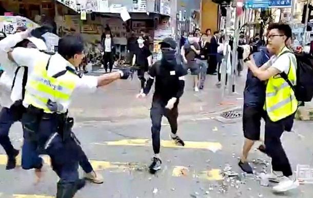 У Гонконзі поліцейський стріляв у демонстрантів