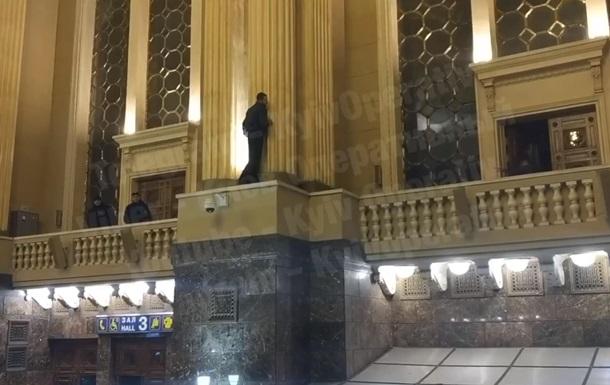 Мужчина пытался совершить самоубийство на ж/д вокзале в Киеве