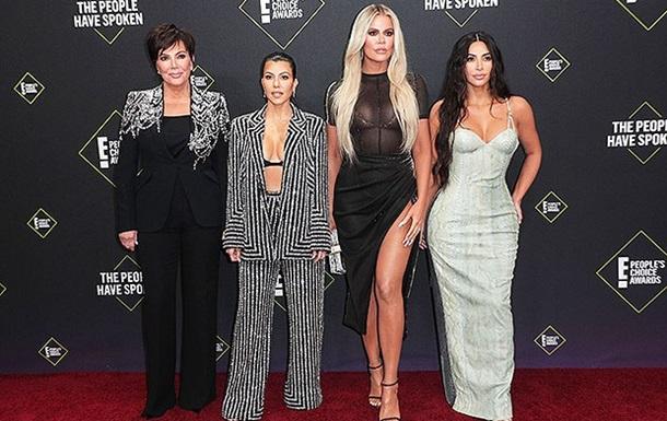 Сестри Кардашьян з явилися на врученні премії в пікантних вбраннях