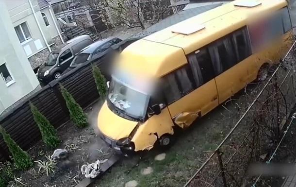 Под Киевом маршрутка с пассажирами снесла забор и влетела в частный двор