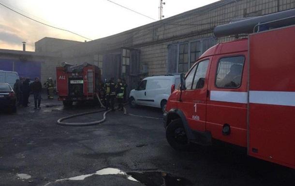 У Києві горіли шини: на складі сталася пожежа