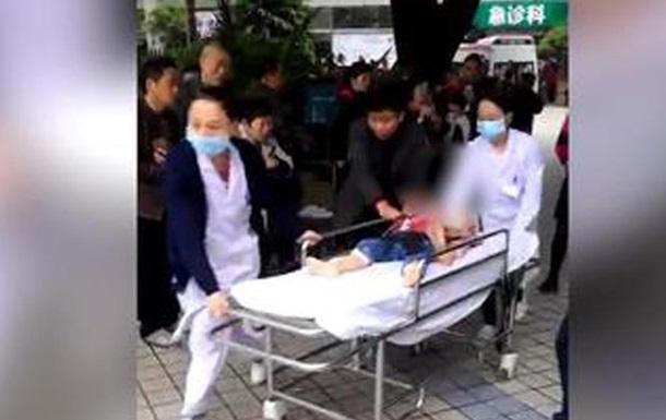 Мужчина облил детей щелочью в детском саду в Китае