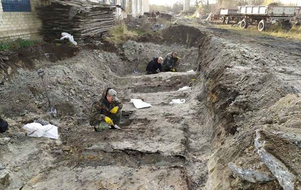 В Ровенской области под асфальтом обнаружили могилу воинов УПА