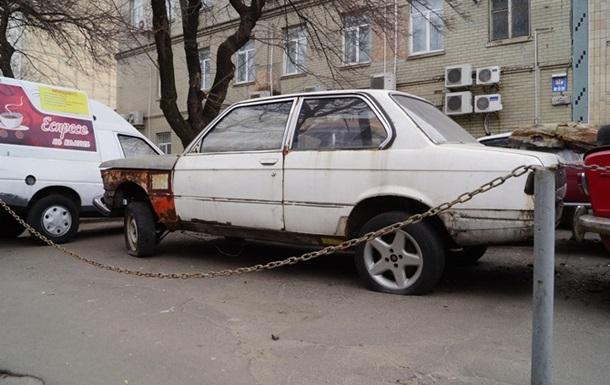 Коммунальщикам Киева разрешили убирать с улиц брошенные машины
