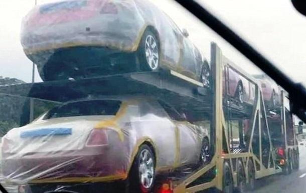 Король нищей страны купил в подарок родственникам 120 BMW и 19 Rolls-Royce