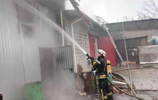 В Киеве пожарники тушили масштабное возгорание на складе