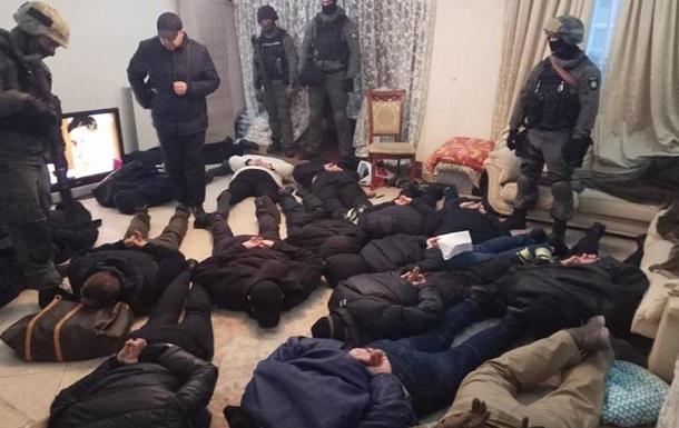 Спецназ штурмовал квартиру в Киеве: 17 задержанных