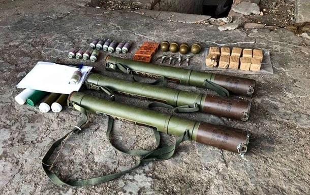 На Донбасі виявили схрон із гранатометами