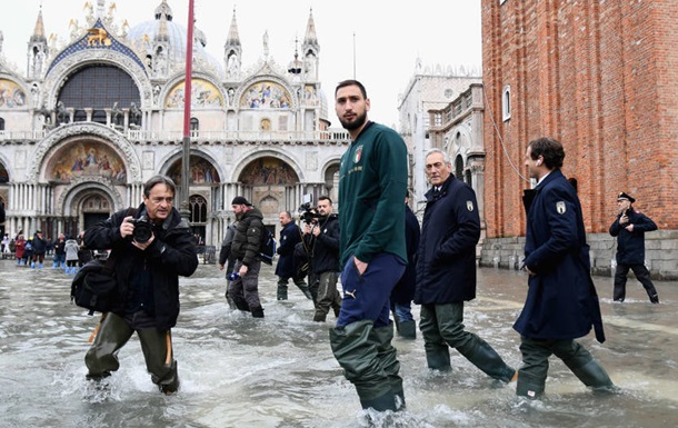 Доннарумма погуляв затопленою Венецією з президентом федерації футболу Італії