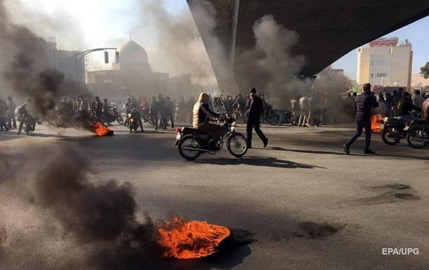 Протесты в Иране: отключена мобильная связь