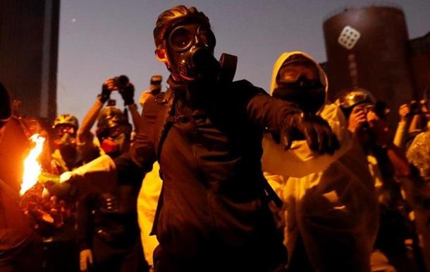 Поліція Гонконгу погрожує мітингарям вогнепальною зброєю