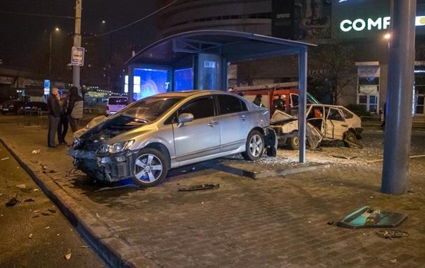 В Днепре два авто после столкновения влетели в остановку