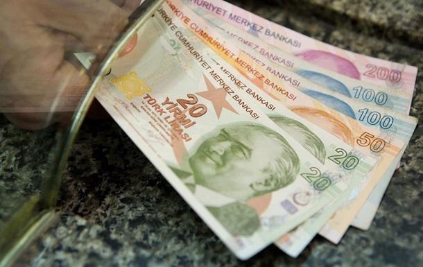Мужчина оплатил долги малоимущих и подбрасывал им конверты с деньгами
