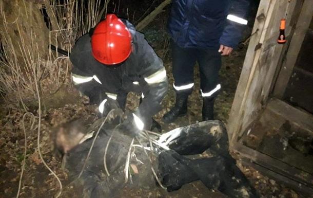 На Дніпропетровщині рятувальники дістали чоловіка з вуличного туалету