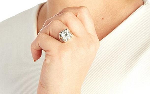 Распухший посиневший палец невесты напугал Сеть