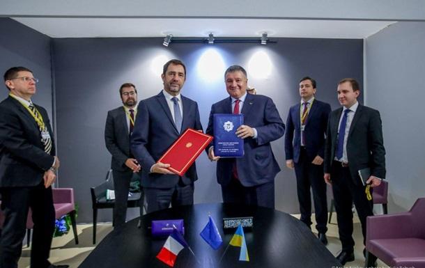 Україна і Франція підписали договір щодо катерів