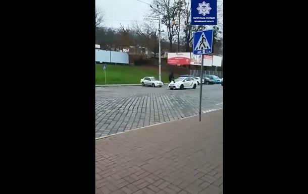 В Черновцах юноша ради лайков пробежался по авто копов