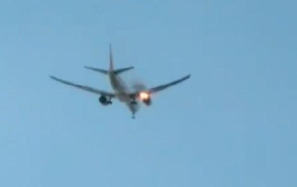 В небе над Лос-Анджелесом загорелся самолет
