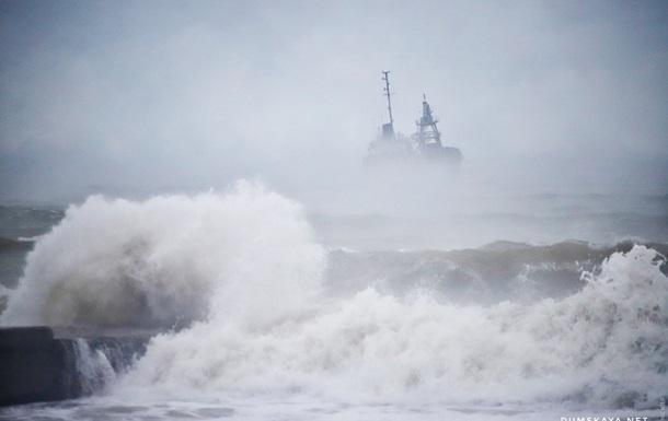 Одесса: терпящий бедствие танкер относит к берегу
