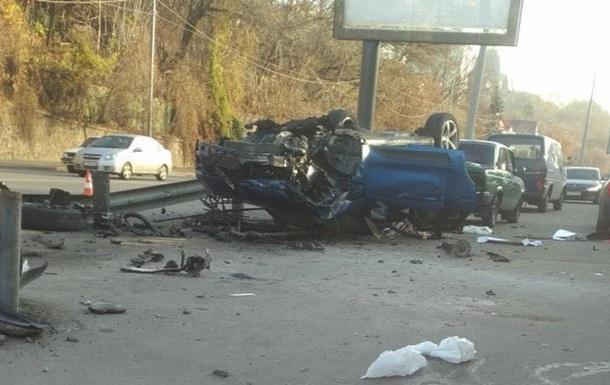 В Киеве Porsche перелетел через отбойник и упал на крышу